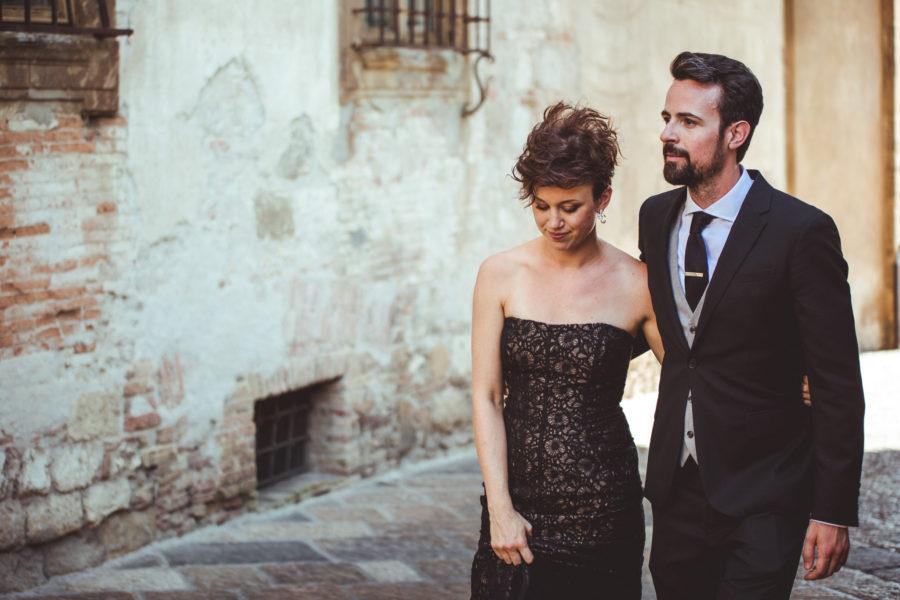 sposi che camminano in vecchio borgo toscano