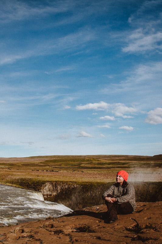 fotografo di matrimonio ritratto in un suggestivo paesaggio di islanda